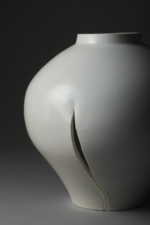 近藤高弘「創 -白磁大壺-」 2015年 何必館・京都現代美術館蔵