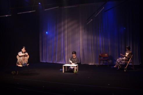 青年団リンク キュイ『不眠普及』京都公演(アトリエ劇研、2016年)撮影:脇田友
