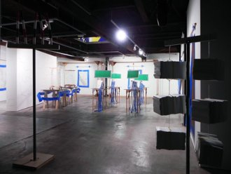 貴志真生也「挨拶&立ち上げ」 2011年制作 インスタレーション 木材、合板、鉄パイプ、ブルーシート、発泡スチロール、発泡ポリエチレンチューブなど