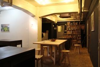 202号室はカフェとギャラリースペースを併設。201号室の2店舗とも扉続きでつながっています。
