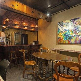 ギャラリー&日本酒バー ギャラリーに日本酒バーが併設しております。招聘作家の作品展示はもちろん、貸しギャラリーとしてもご利用いただけます。同期招聘作家の合同展示の場合、個室を含めた施設全体を展示スペースとして使用することも可能です